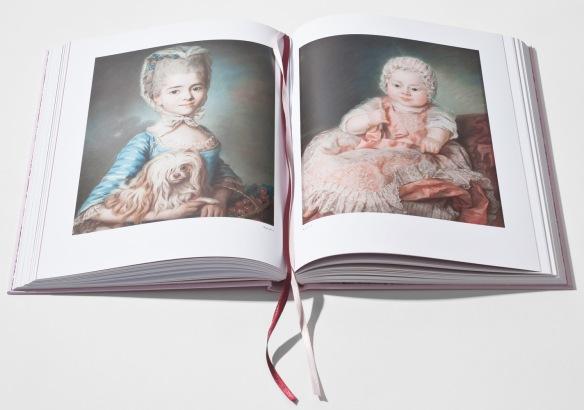 Uppslag ur utställningskatalogen Stolthet och fördom visar två porträtt av Marie Suzanne Giroust
