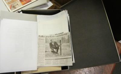 Mappen med tidningsklipp om Falks grav