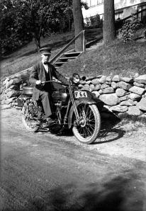 Man på motorcykel på 1920-talet. Svartvitt foto.