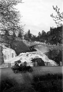 Huskvarnafallet med bil i förgrunden. 1920-tal. Svartvitt foto.