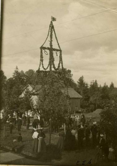 Fotografi föreställande midsommarstång från 1906.