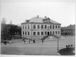 Svartvit bild föreställande Göta Hovrätt och Hovrättstorget.