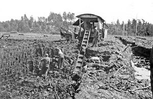Bild från ca 1943. Arbete vid en torvmaskin på mossen.