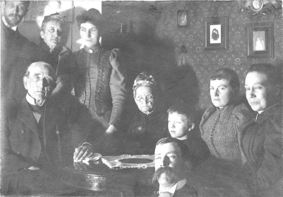 Svartvitt foto med familjekonstellation bestående av åtta personer.