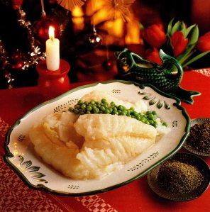 Tallrik med lutfisk, vitsås och ärter.